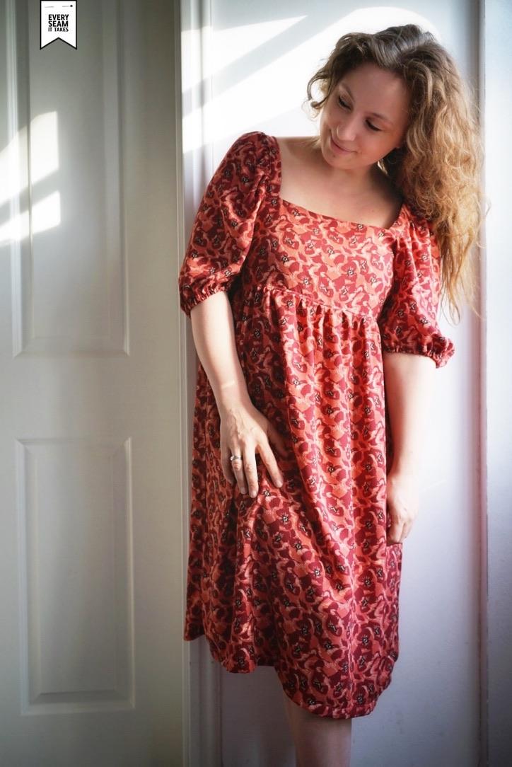 Ich in einem Kleid aus der Zeitschrift Fibre Mood
