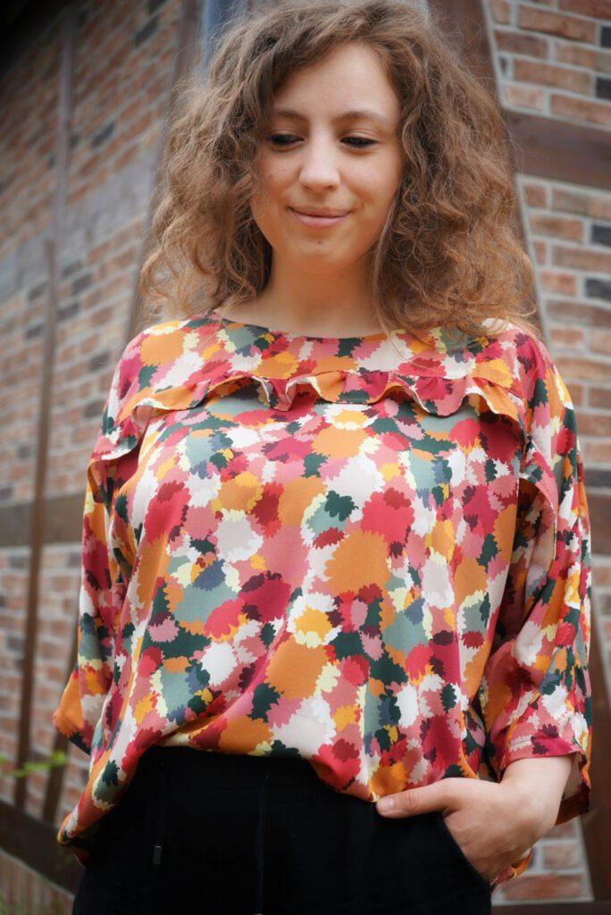 Veronique Rüssau vor einem Fachwerkhaus