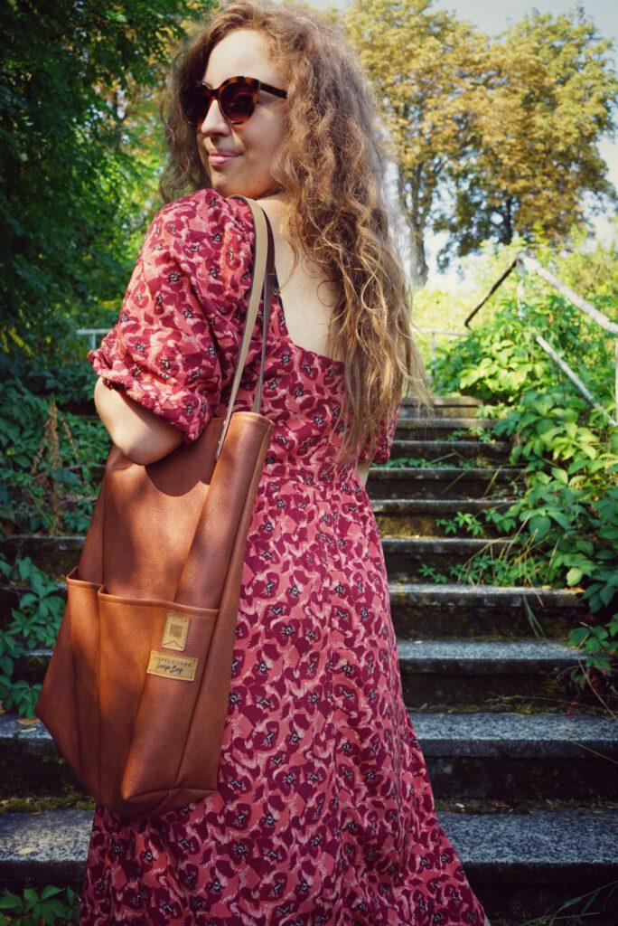 Stofflounge Loungebag auf der Schulter getragen